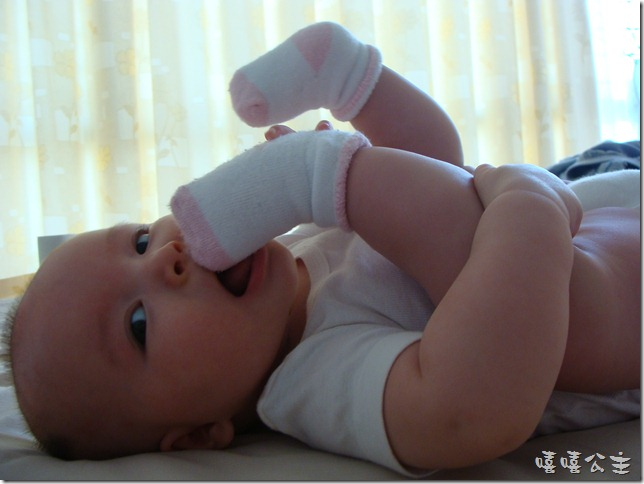 四个月的鲁嘻嘻爱玩手指头,爱啃脚指头