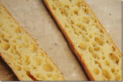 传统长棍与普通长棍不同,烘培时间更长一些,但是可以保鲜的时间也更加长久。外壳脆而不碎,内里松软而呈蜂巢,色泽是柔和的奶白色,闻起来有浓郁的麦香。