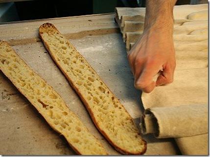 """La baguette """"Tradition"""" présente une mie jaune, alvéolée. Sa préparation est plus longue qu'une baguette ordinaire, mais elle se conserve plus longtemps une fois cuite."""